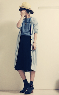 1ロングカーディガン×グレーTシャツ×ミモレ丈スカート