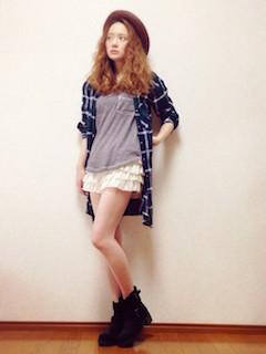 8ロングシャツ×カラーTシャツ×ショートパンツ