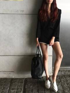 9黒シャツ×ショートパンツ×スリッポン