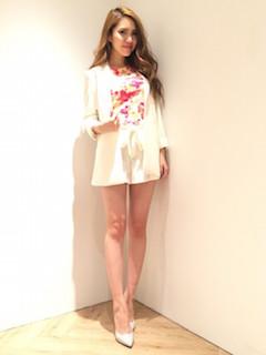 11白のテーラードジャケット×花柄トップス×白ショートパンツ