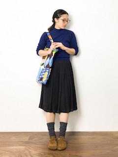青のニット・セーター×黒のプリーツスカート×靴下×サンダル