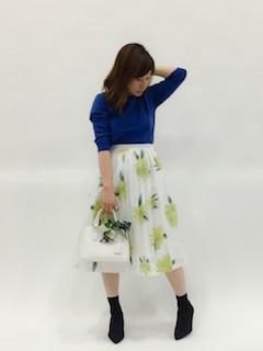 青のニット・セーター×花柄スカート×黒のパンプス
