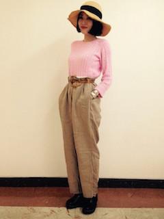 ピンクのニット・セーター×ベージュのワイドパンツ×黒のブーツ