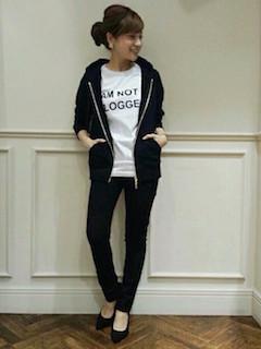 10黒のパーカー×白Tシャツ×黒ジーンズ