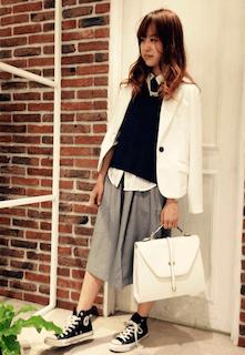 ニット・セーター×白のシャツ×グレースカート×黒のハイカットスニーカー