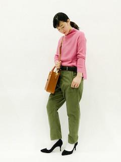 ピンクのニット・セーター×カーキのパンツ×黒のパンプス