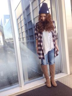 10キャメルのロングブーツ×チェックロングシャツ×ジーンズ