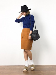 青のニット・セーター×茶色のタイトスカート×靴下×ベージュサボサンダル