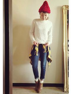 9ブーティ×靴下×白ニットセーター×ジーンズ