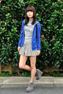 2青のパーカー×グレーTシャツ×ボーダーミニスカート