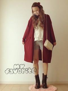 5編み上げブーツ×赤ロングコート×ショートパンツ