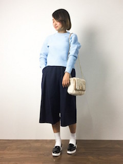 青のニット・セーター×ネイビーのガウチョパンツ×黒のエナメルスリッポン