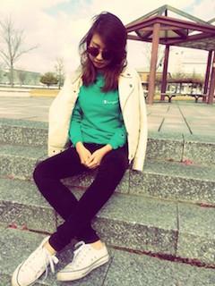 7白のライダースジャケット×緑のトレーナー×黒ジーンズ