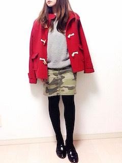 6赤のダッフルコート×グレーニット×カモフラ柄ミニスカート