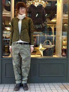 8緑のダウン×白タートルニット×カモフラ柄パンツ