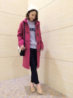 1ピンクのダッフルコート×セーター×黒パンツ