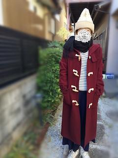 3赤のダッフルコート×ボーダーTシャツ×白ニット帽子