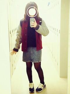 2赤のスタジャン×黒ニット×デニムタイトスカート