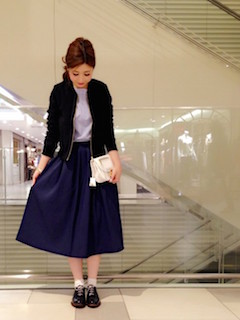 10黒のスタジャン×丸襟Tシャツ×フレアスカート