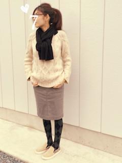 7黒のマフラー・ストール×白セーター×タイトスカート