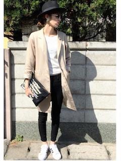 2ベージュのスプリングコート×白Tシャツ×黒デニムパンツ