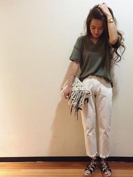 6 VネックのTシャツ×白デニムパンツ×クラッチバッグ