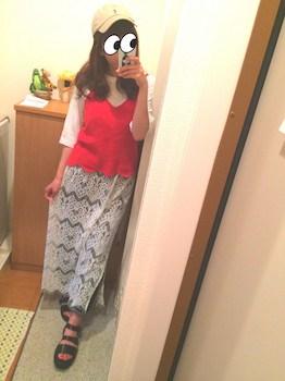 4赤のキャミソールのコーデ×ボートネックTシャツ×ロングスカート