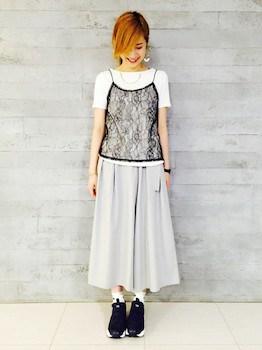 8レースのキャミソール×白Tシャツ×マキシ丈スカート