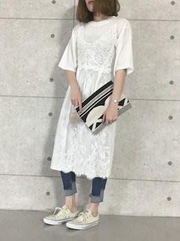 10白のキャミワンピ×白Tシャツ×ジーンズ