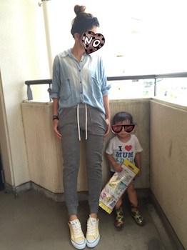 6 guのジョガーパンツ×デニムシャツ