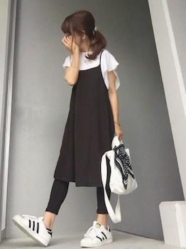 9黒のキャミワンピ×白Tシャツ×レギンス