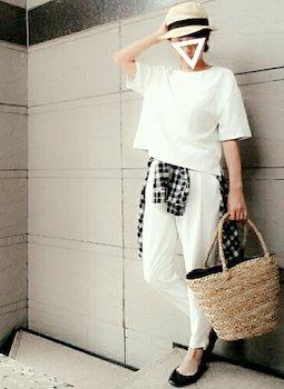 1白のジョガーパンツ×白ボートネックTシャツ