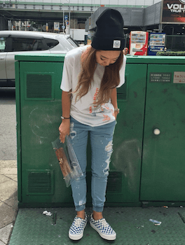 4デニムのジョガーパンツ×プリントTシャツ×サマーニット帽子