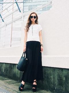 5黒のスカーチョ×白Tシャツ×厚底サンダル
