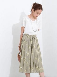 1花柄のスカーチョ×VネックTシャツ