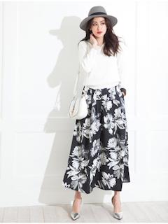 8花柄のスカーチョ×白ブラウス