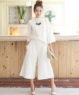 白のスカンツ×ドルマンTシャツ×ハイヒール