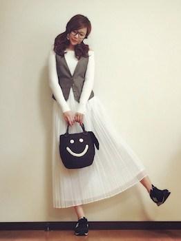 3白のプリーツスカート×ベスト×スニーカー