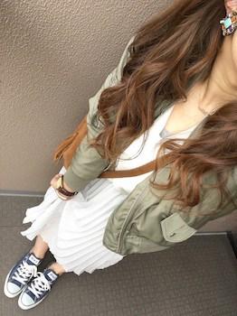 5白のプリーツスカート×ミニタリージャケット×スニーカー