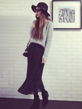10黒のプリーツスカート×Vネック×ハット