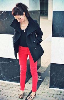 9赤のスキニーパンツ×UネックTシャツ×ハーフコート
