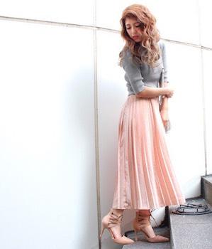 6ピンクのプリーツスカート×リブニット×ハイヒール