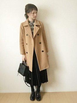 1黒のプリーツスカート×チェック柄シャツ×ロングPコート