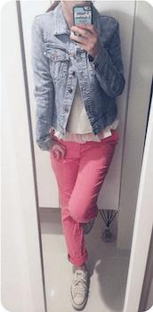 4ピンクのスキニーパンツ×フリル裾トップス×Gジャン