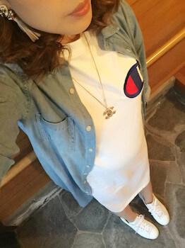 10Tシャツワンピース×デニムシャツ×スニーカー