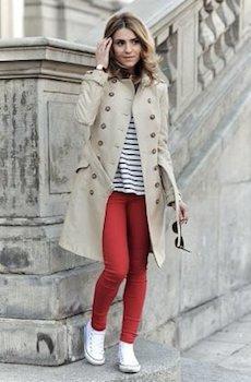 11赤のスキニーパンツ×トレンチコート×ボーダーTシャツ