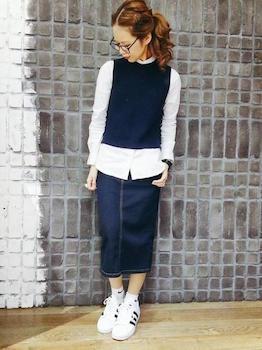 ノースリーブニット×白ブラウス×デニムスカート