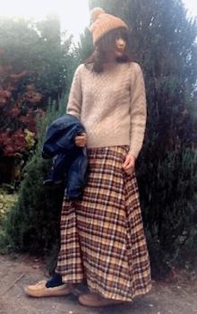 ニット帽×セーター×チェック柄スカート