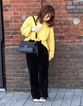 黄色ニット×黒色パンツ×ゆるずるコーデ