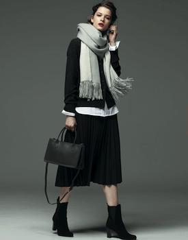 黒色のプリーツスカート×黒カーディガン×ストール